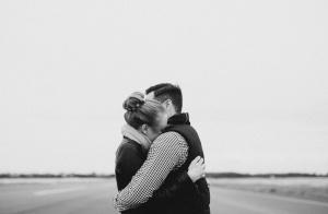好的夫妻关系:当他犯错时,试着拥抱他